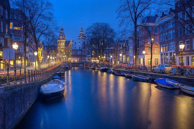 Hoe besteden de toeristen hun dag in Amsterdam?